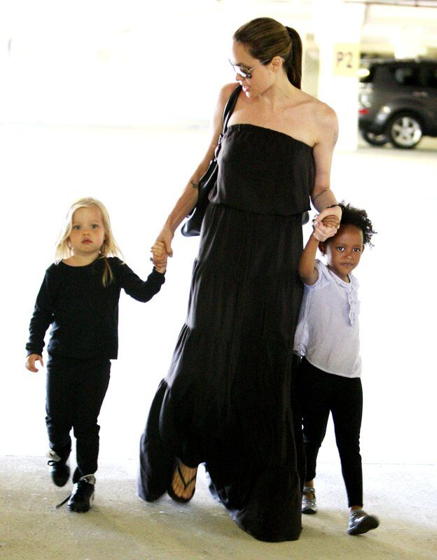 Анджелина Джоли забирает Шайло и Захару из танцевальной студии