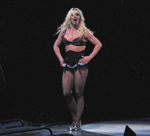 Видео: фанат Бритни Спир выбежал на сцену во время ее выступления