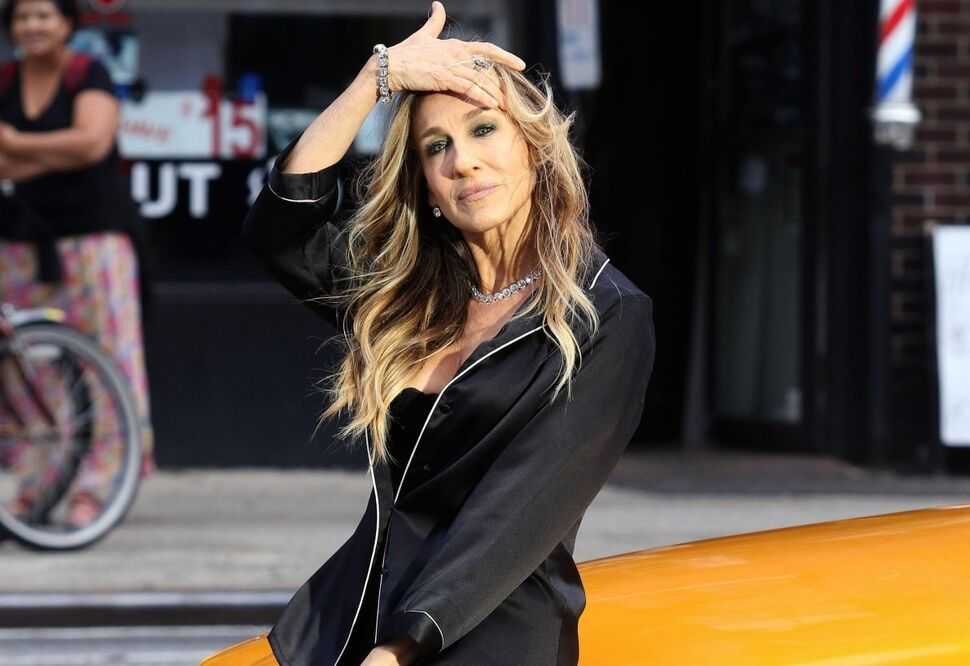 53-летняя Сара Джессика Паркер продемонстрировала бюстгальтер на съемках рекламы на улицах Нью-Йорка