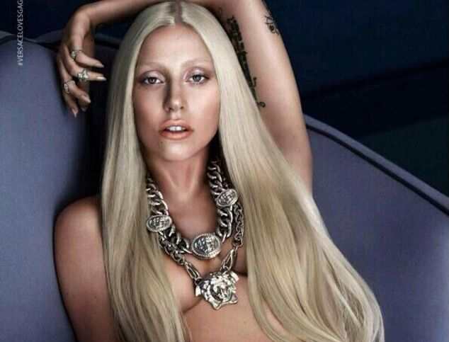 Lady Gaga разделась для рекламы Versace