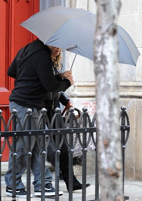 Сиенна Миллер прячется у дома Джуда Лоу