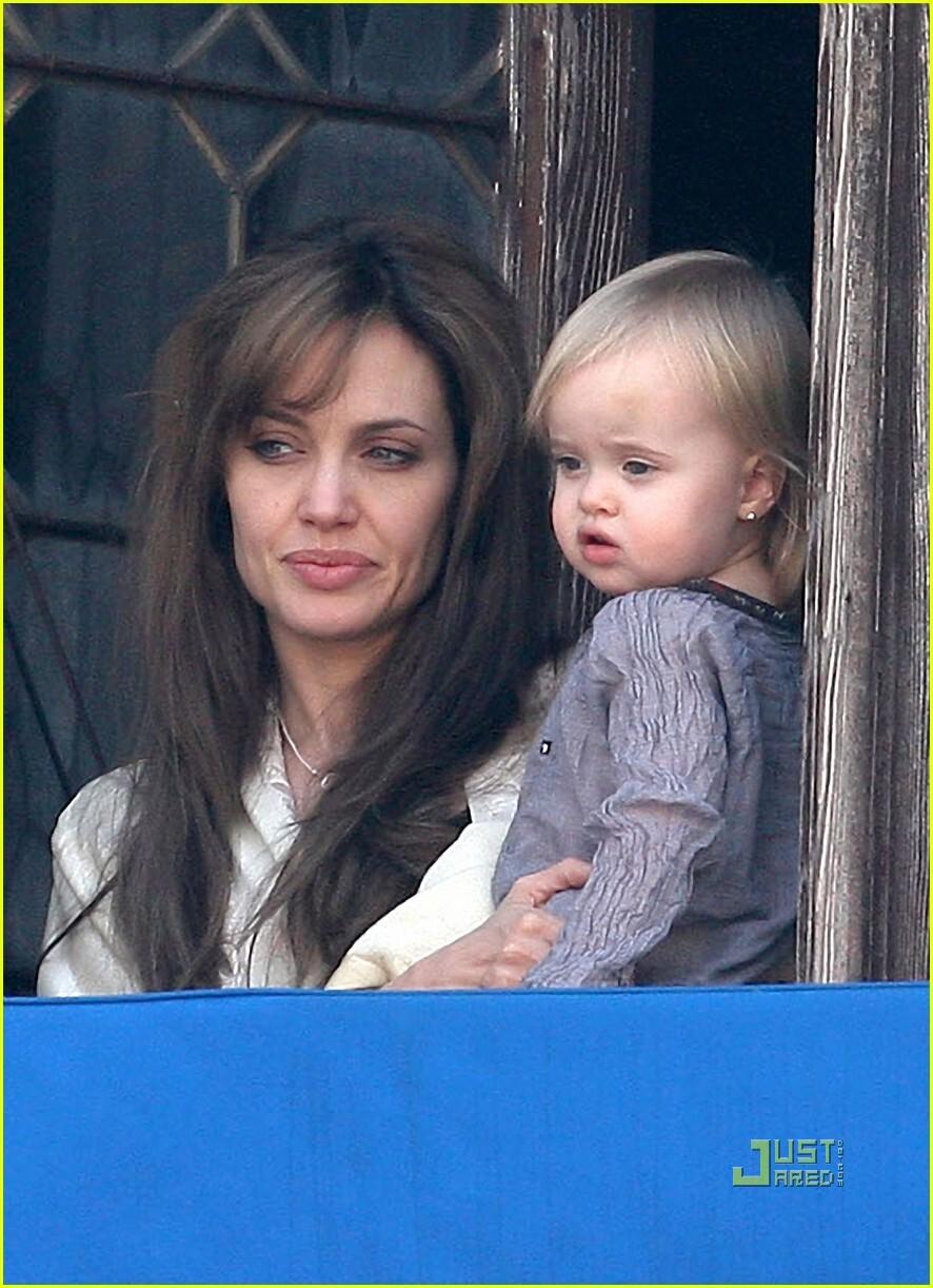 Вивьен Джоли-Питт с мамой на балконе