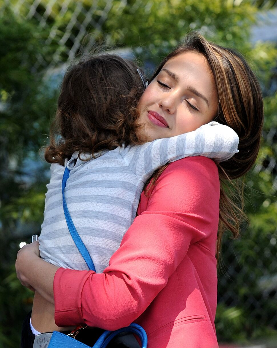 Джессика Альба с дочкой на прогулке