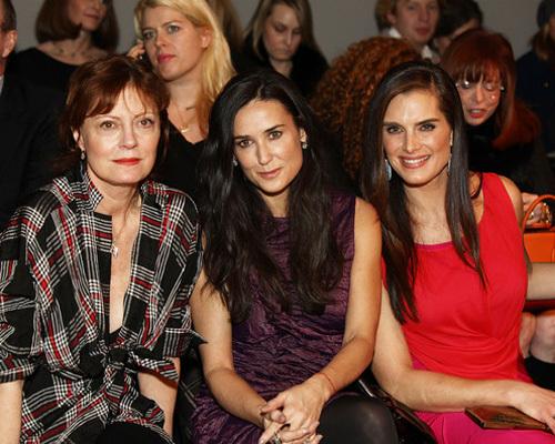Деми Мур, Брук Шилдс и Сьюзан Сэрандон на показе Донны Каран