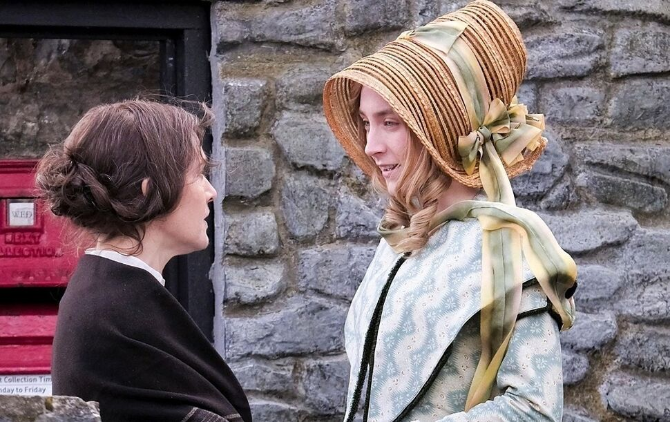 Фото: Кейт Уинслет и Сирша Ронан играют влюбленных на съемках драмы «Аммонит»