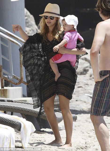 Джессика Альба с дочерью на пляже