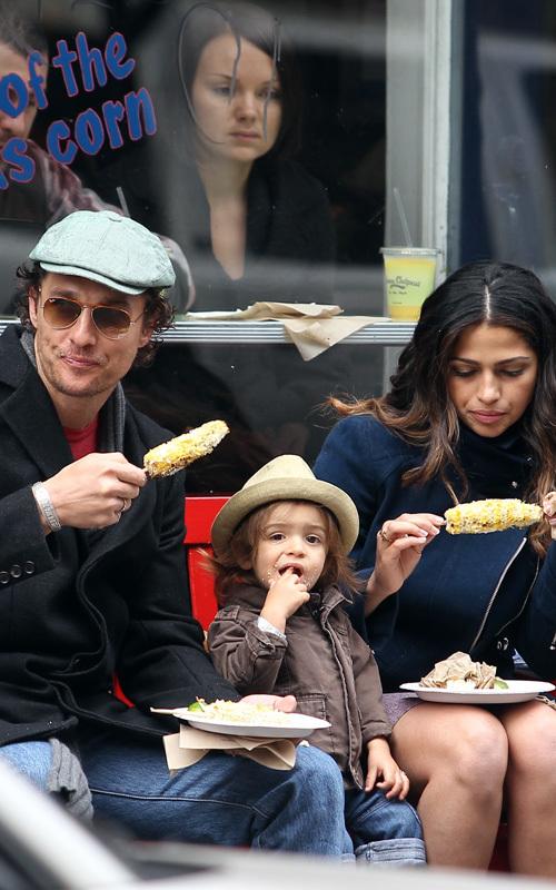 Мэттью МакКонохи и Камилла Альвес с Леви поедают кукурузу