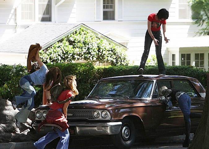 "Кристен Стюарт и Дакота Фаннинг в тизер-трейлере фильма ""The Runaways"""