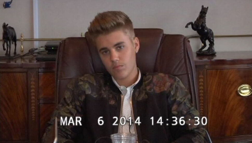 Видео: Невероятно рассеянный Джастин Бибер дает показания