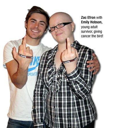 Зак Эфрон показывает раку средний палец