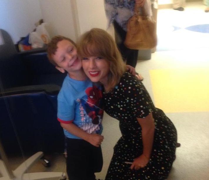 Тейлор Свифт спела с пациентами детской больницы