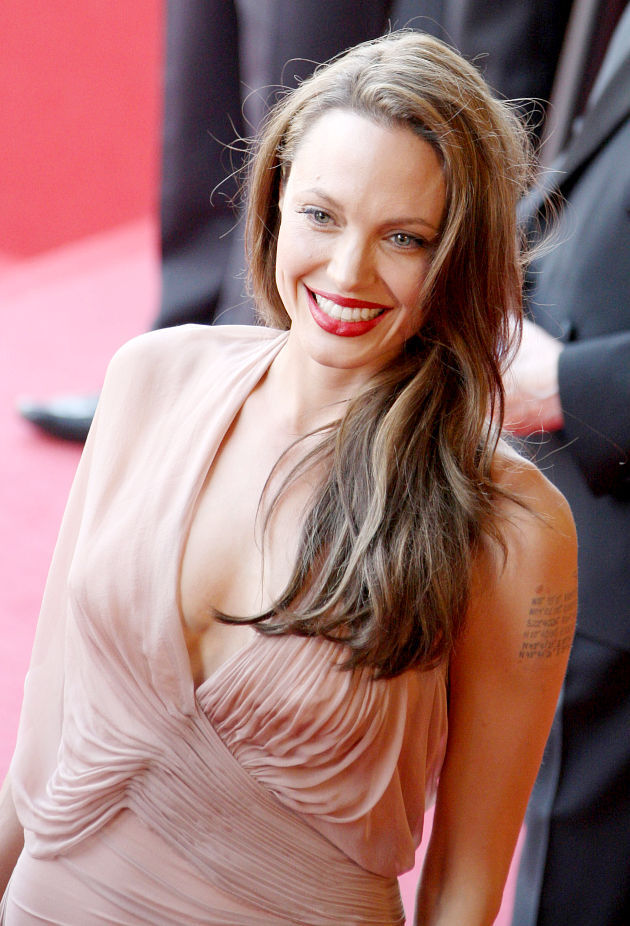 Автограф Анджелины Джоли говорит о том, что она находится в стрессовом состоянии