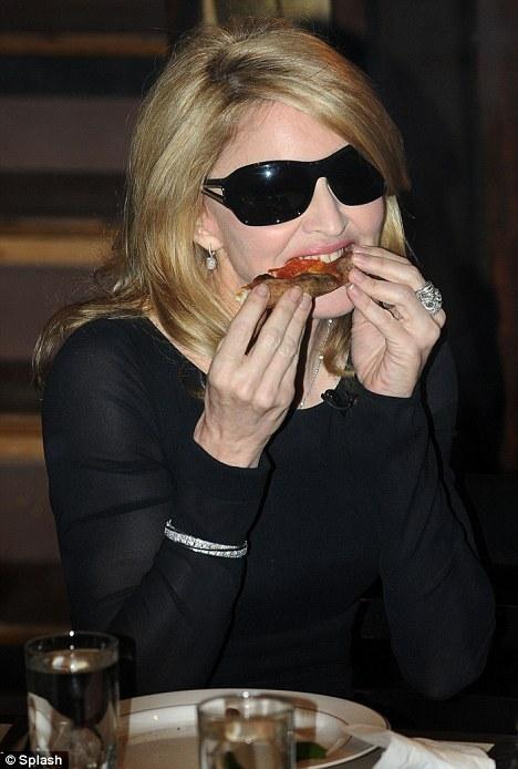 Мадонна променяла здоровую пищу на пиццу?