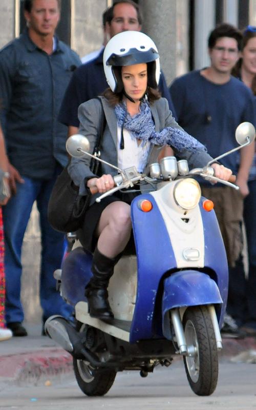 Энн Хэтэуэй катается на скутере