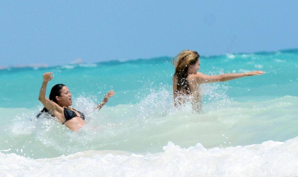Кара Делевинь и Мишель Родригес отдыхают в Мексике