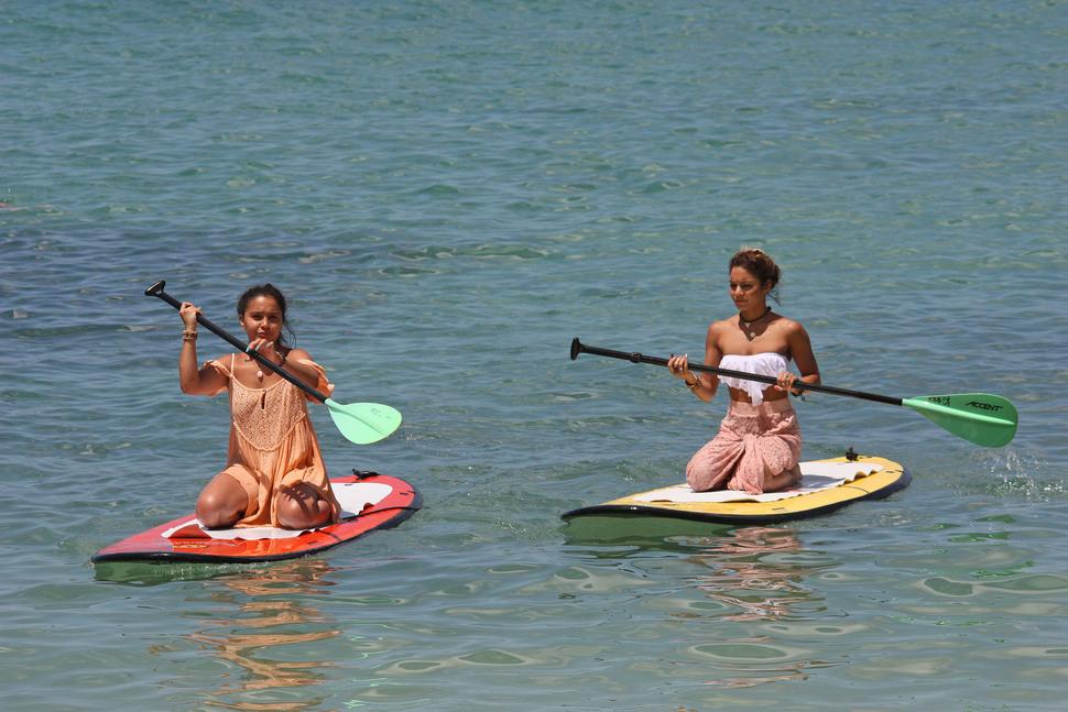 Ванесса Хадженс со своей сестрой на пляже