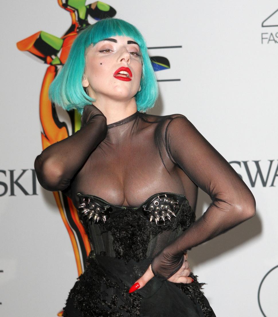 Lady GaGa пробивает себе дорогу грудью
