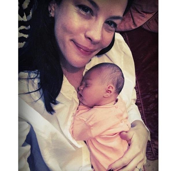 Лив Тайлер показала личное фото с новорожденной дочерью