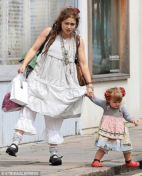 Хелена Бонем Картер с дочерью в Лондоне