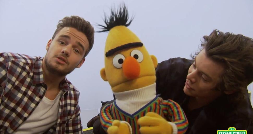 One Direction спели на улице Сезам