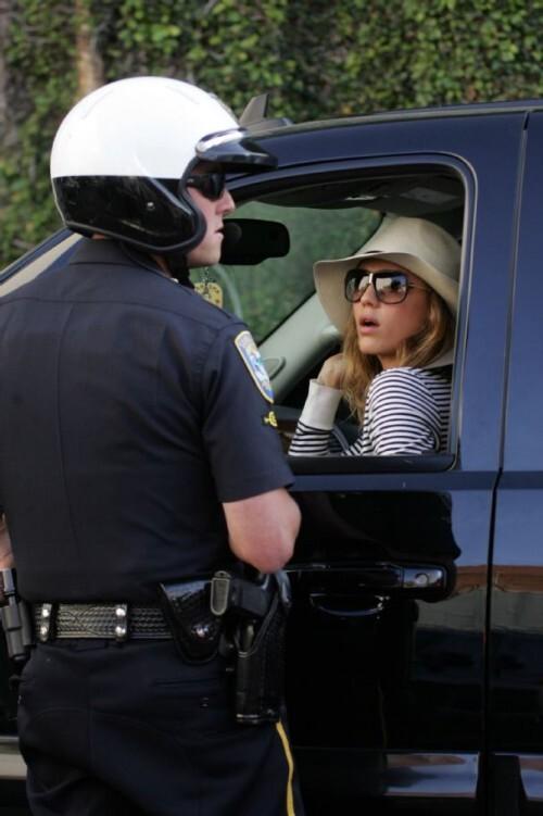 Джессика Альба нарушает правила дорожного движения