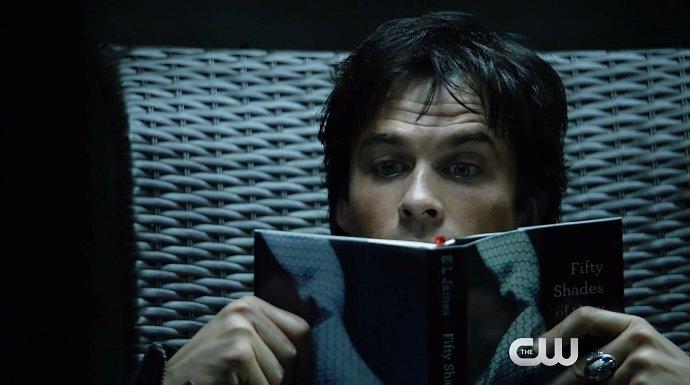 Деймон увлекся «Пятьдесят оттенков серого» в новом трейлере 8 сезона «Дневников вампира»