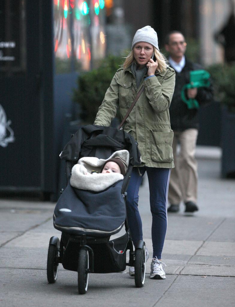 Наоми Уоттс гуляет со своим младшим сыном
