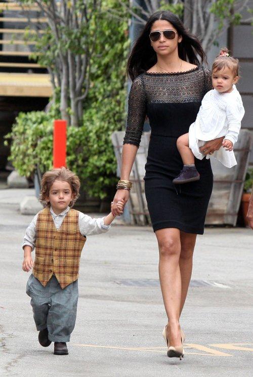 Камила Альвес с детьми: пасхальное воскресенье