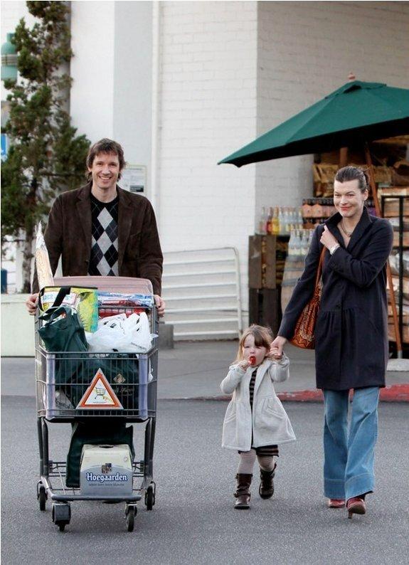 Милла Йовович с мужем и дочкой Эвой