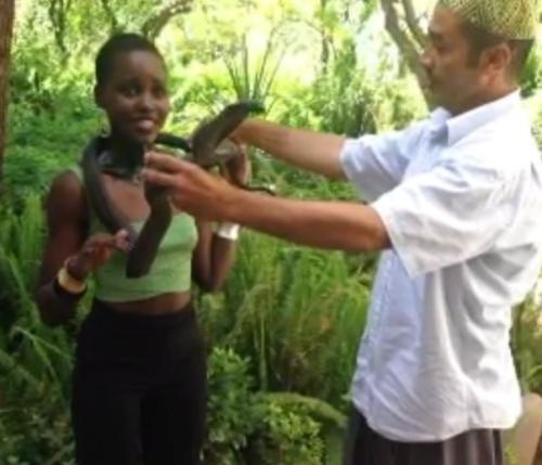 Видео: Люпита Нионго подружилась с коброй