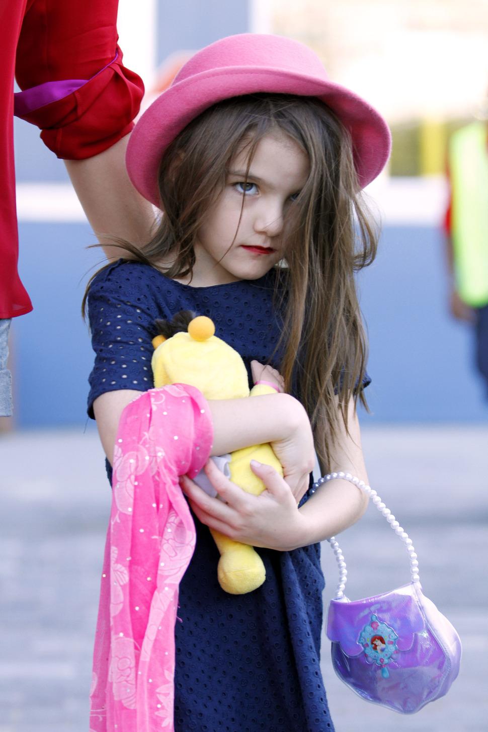 Взрослая Сури Круз с красной помадой