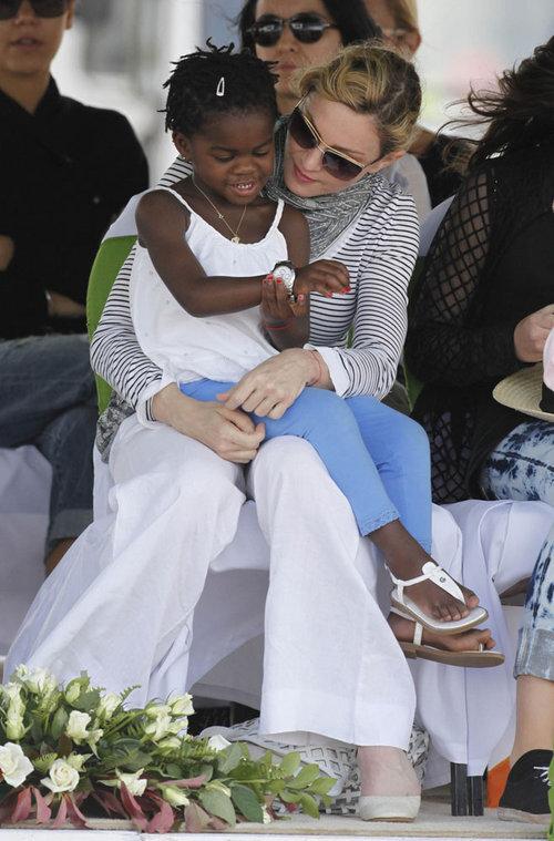 Мадонна закладывает первый кирпич в сторительстве школы