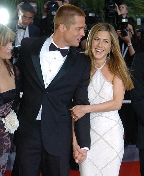 Джоли полюбила Питта из-за Энистон?