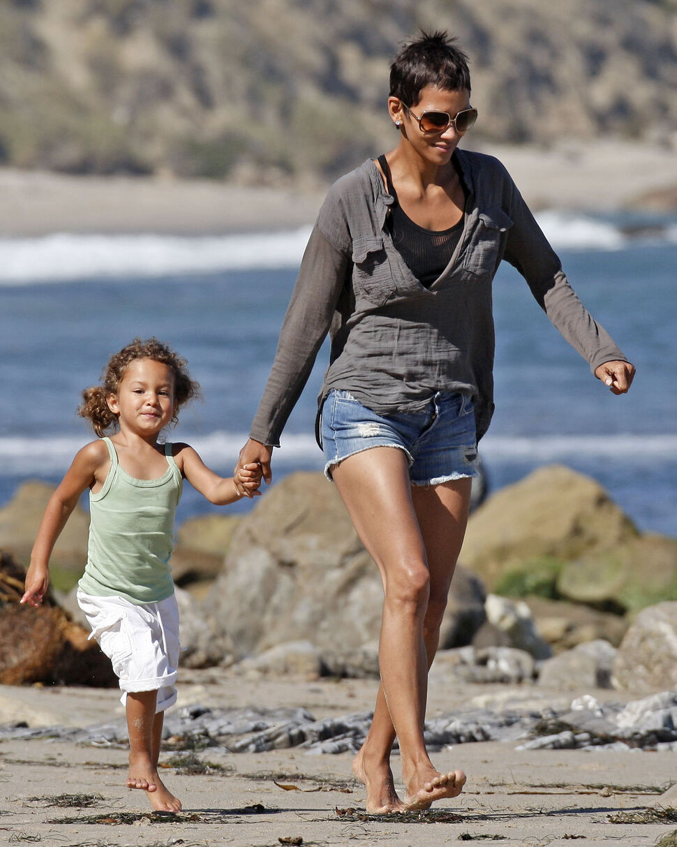 Халли Берри с дочерью в Малибу