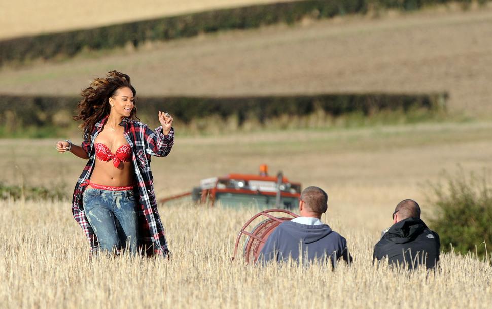 """Рианна на съемках клипа на песню """"We Found Love"""""""