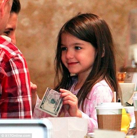 Сури Круз сама расплачивается в кафе