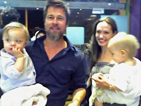 Брэд Питт и Анджелина Джоли с близнецами в магазине мороженого