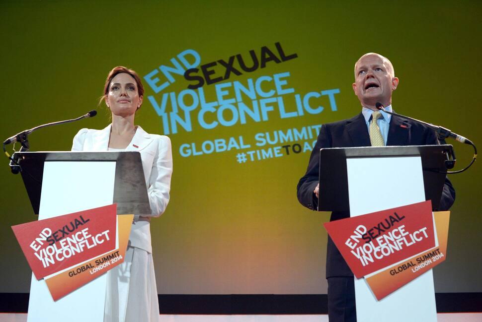 Анджелина Джоли выступила против насилия над женщинами