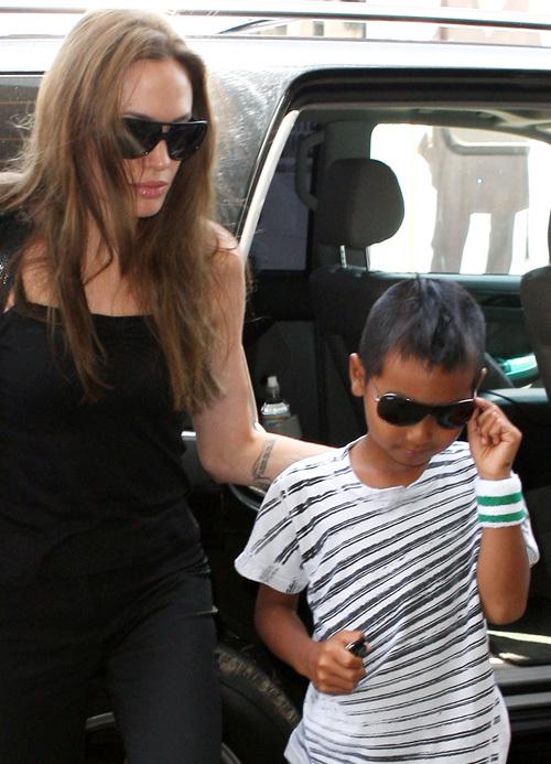 Анджелина Джоли и Мэддокс в аэропорту Лос-Анджелеса