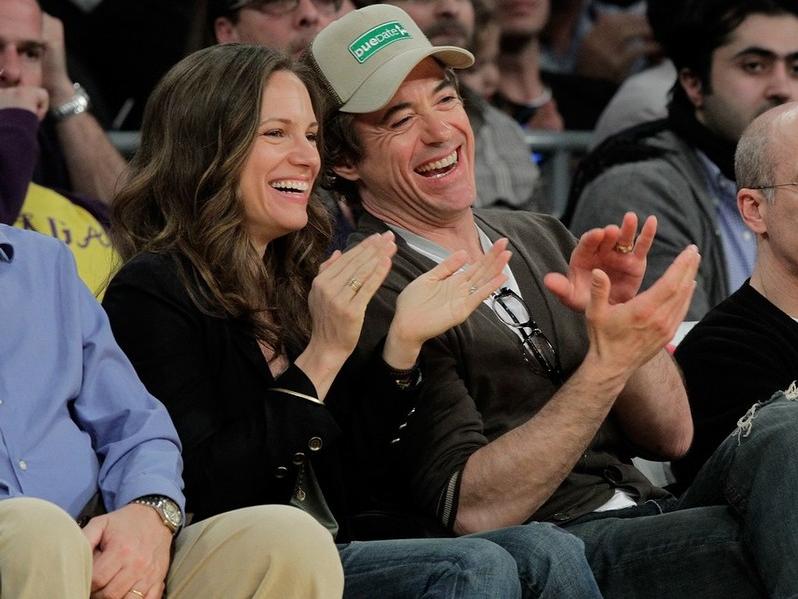 Любящий муж Роберт Дауни младший со своей женой на игре Los Angeles Lakers. 2 марта