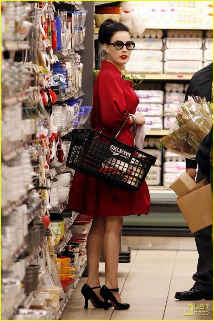 Дита фон Тиз и ее бойфренд Луи в продуктовом магазине