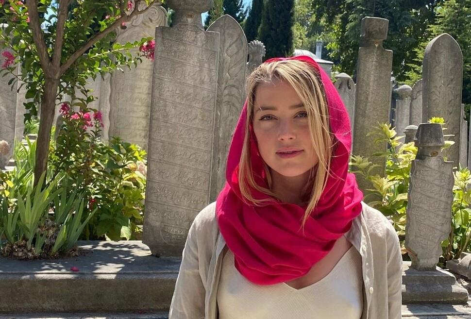 Эмбер Херд раскритиковали за внешний вид в мечети: «Не уважает ни расу, ни религию»