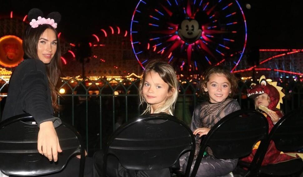Редкие кадры: Меган Фокс провела выходные в Диснейленде с детьми