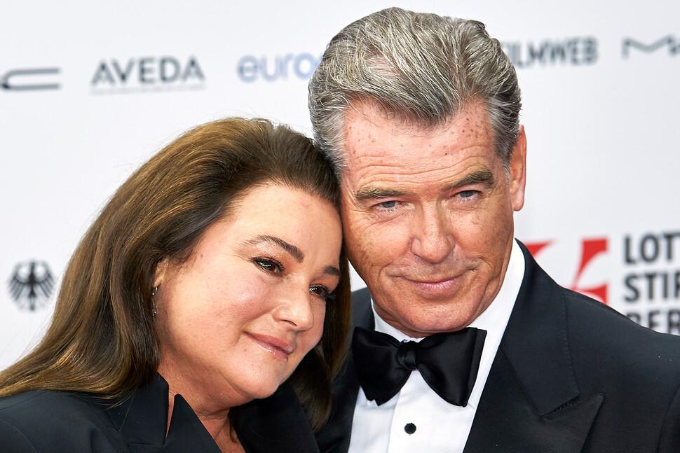 Пирс Броснан поделился милыми фото с женой в честь своего 67-летия