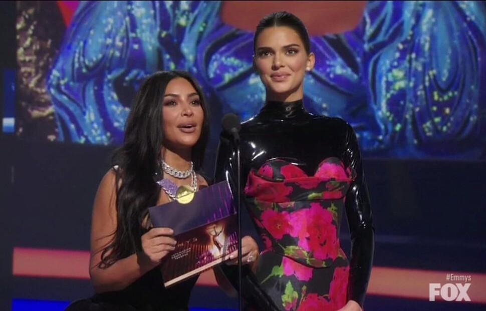 Ким Кардашьян и Кендалл Дженнер высмеяли на церемонии награждения «Эмми»
