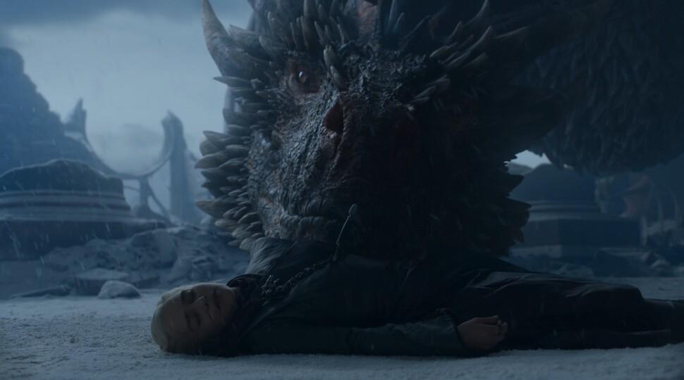 Создатели «Игры престолов» о том, что Дрогон сделал с телом Дейнерис: «Нет, он ее не съел»