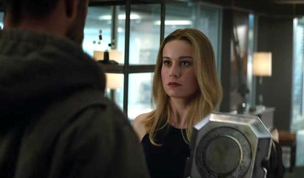 Бри Ларсон доказала, что Капитан Марвел может поднять молот Тора