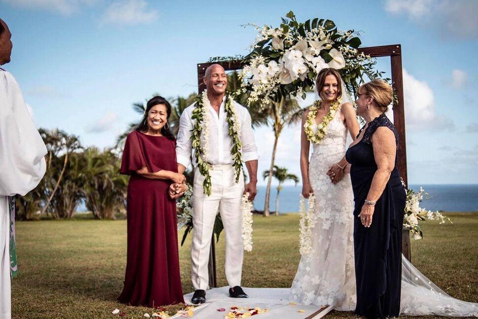 Жена Дуэйна Джонсона поделилась трогательными закадровыми фото со свадьбы