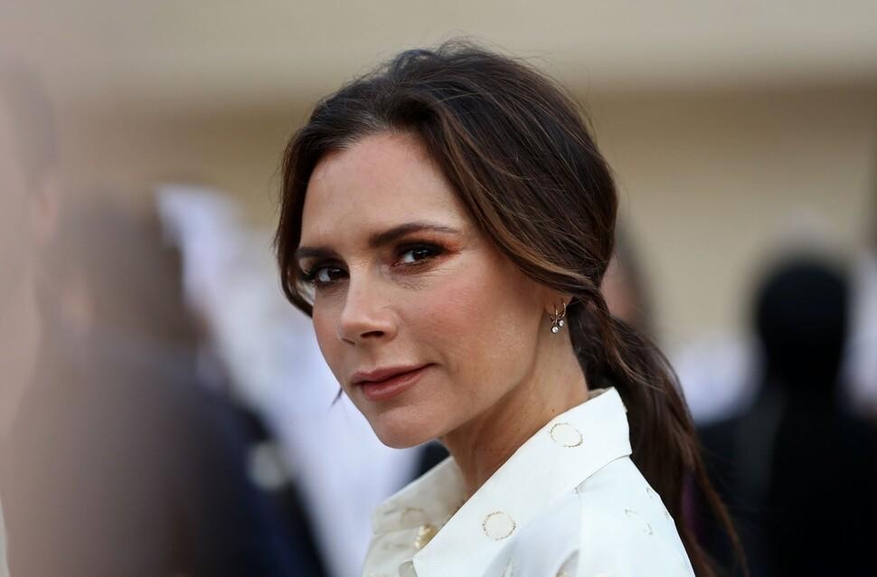 45-летняя Виктория Бекхэм заявила, что не пытается молодиться: «Все становятся старше»
