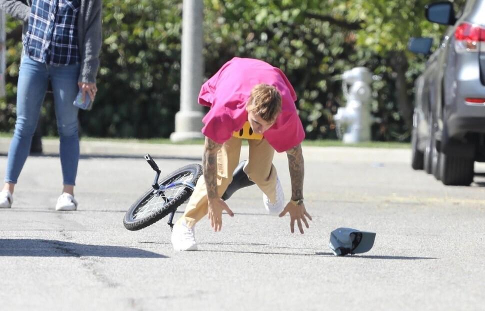 Удачно-неудачный полет: Джастин Бибер стал мемом, упав с одноколесного велосипеда
